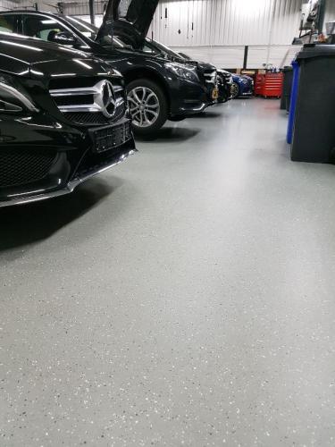 Vlokkenvloer voor in een autogarage